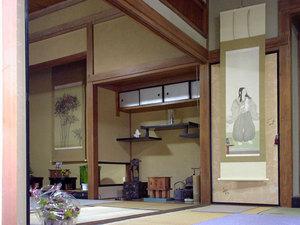 「家の中の金猊」 展 2002年