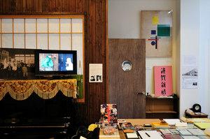 ドアの丸窓から顔を覗かせ、すっかり展示物の一員の金猊クン(芸工展2010にて)