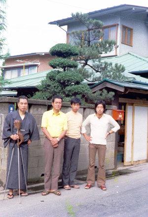 学生時代の泰信氏(右端)と父の茂夫氏(左から二番目)