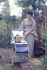 1972年4月 妻さだゑと孫の隆人(三鷹金猊居)